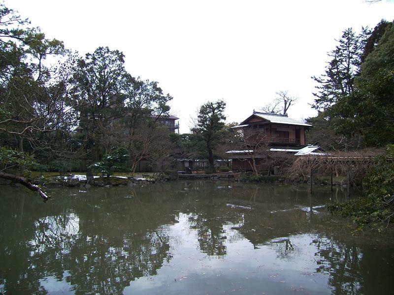 御所内にある厳島神社から撮影した拾翠亭